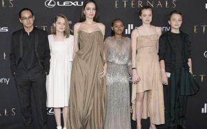 Shiloh Jolie Pitt con i fratelli e la madre